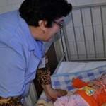 ARGEŞ: Fetiţă de patru luni, adusă la spital înfometată şi aproape îng...