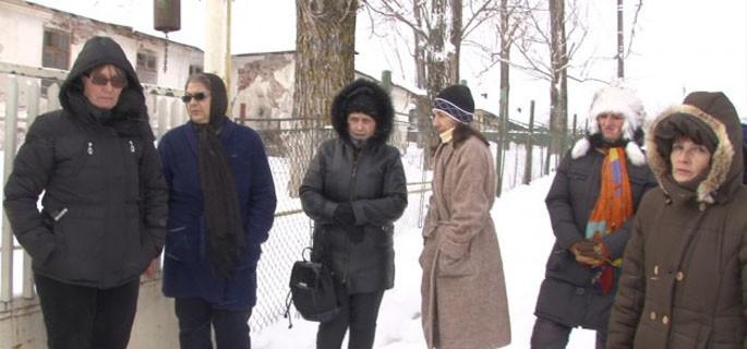 În iarnă, salariaţii de la Ţuicani au protestat în faţa Centrului Social (Foto: mditv.ro)