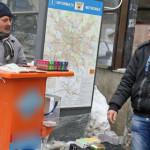 SCLAVIE ÎN EPOCA MODERNĂ: Vânzătorii de noroc de la colţ de stradă sun...