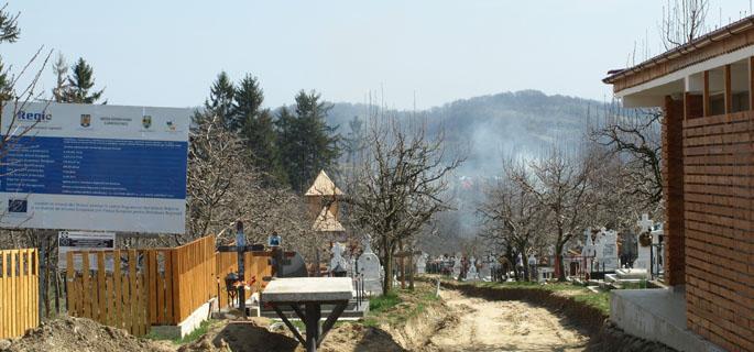 Se construieşte o alee din buşteni către biserica de lemn din Gemenea Onceşti