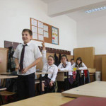 SEMNAL: Profesorii sunt obligaţi să întocmească hârtii inutile şi nu m...