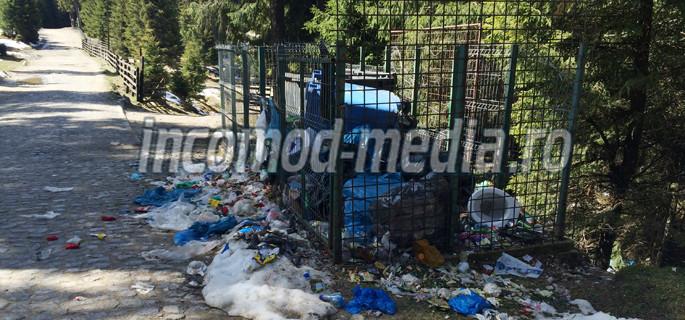 Gunoaie pe drumul spre Hotel Peştera, cea mai căutată locaţie din Bucegi