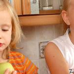 HOTĂRÂRE: Elevii vor primi în continuare mere la şcoală