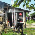 IALOMIŢA: Incendiu de la un scurtcircuit. Pompierii s-au luptat cu flă...