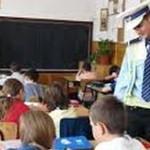 IALOMIŢA: Poliţiştii desfăşoară activităţi preventiv-educative în şcol...