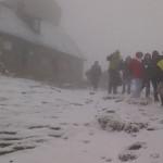 DÂMBOVIŢA: Turişti blocaţi de ceaţă, vânt şi zăpadă aproape de Vârful ...