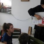 DÂMBOVIŢA: Elevii din Ioneşti au învăţat arta pictării icoanelor la şc...