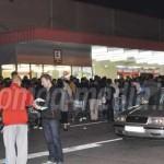 DÂMBOVIŢA: Mii de oameni s-au bulucit la Kaufland după zahăr şi ulei m...