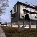 SOLUŢIE: Case în panourile publicitare! Oamenii străzii, salvaţi de ar...
