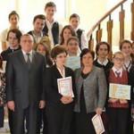 DÂMBOVIŢA: 16 elevi meritorii şi 13 dascăli au fost recompensaţi de Pr...