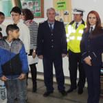 ARGEŞ: Poliţiştii au oferit dulciuri şi produse alimentare copiilor di...