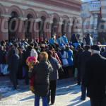 DÂMBOVIŢA: Târgoviştenii au stat cuminţi la coadă pentru a lua aghiazm...