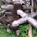 PRAHOVA: Şocant! A furat crucile din cimitir ca să-şi încălzească locu...