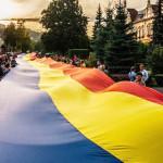 FLASH-MOB: Unioniştii construiesc un pod tricolor peste râul Dâmboviţa...