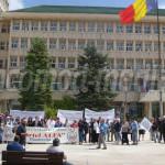 DÂMBOVIŢA: Salariaţii Kablutronik protestează în faţa Prefecturii. Sin...