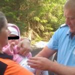 DÂMBOVIŢA: Copil de şase luni, salvat de jandarmii montani din Bucegi