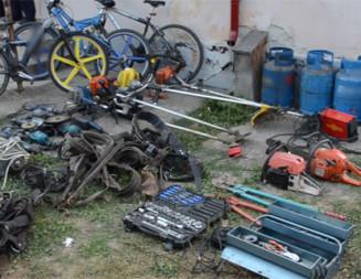 PERCHEZIŢII: Poliţiştii argeşeni au săltat 14 hoţi de combustibil din autocamioane