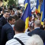 PROTEST: Victor Ponta a fost întâmpinat de 200 de mascaţi la Chişinău