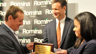 """Dumitru Toader de la Romina Furniture (stânga) primeşte titlul """"Antreprenorul lunii"""" de la consilierul economic Michael Stewart şi secretarul economic Soribel Feliz.(Foto: Ambasada SUA)"""