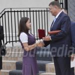 DÂMBOVIŢA: Klaus Iohannis a primit de la elevii Colegiului Economic Tâ...