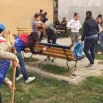 DÂMBOVIŢA: Mobilierul stradal recondiţionat de voluntarii UNPR, tăiat ...