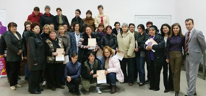 """Beneficiarele Proiectului """"Anotimpuri la borcan"""" din comuna Moroeni, alături de primarul Laurenţiu Moraru"""