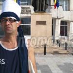 DÂMBOVIŢA: Un bărbat din Săcuieni protestează la Prefectură fiindcă l-...