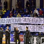 PROTEST: Suporterii târgovişteni au intonat imnul naţional, în ciuda m...