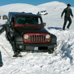 DÂMBOVIŢA: S-au aventurat cu maşina pe un drum montan închis circulaţi...