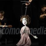 PREMIERĂ: Actori, marionete şi muzică live în
