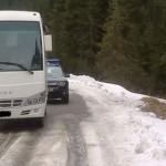 DÂMBOVIŢA: Autocar cu 20 de turişti, rămas înţepenit pe drumul din Buc...