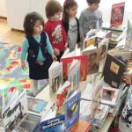 GEST: Donaţie de carte în limba engleză pentru Grădiniţa nr. 2 Târgovi...