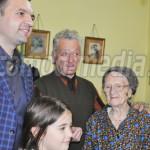 GEST: Flori şi mărţişoare pentru străbunica de 102 ani, din partea Pri...