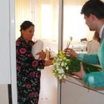 GEST: ALDE Dâmboviţa a dăruit flori şi mărţişoare femeilor aflate în  ...