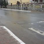 EXCES: Primăria Pucioasa vopseşte bordurile pe ploaie şi vânt! Ce să f...