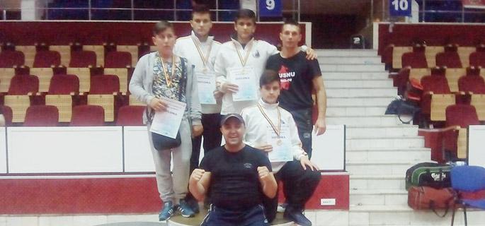 Cei cinci sportivi medaliaţi, împreună cu antrenorul lor: Marin Marius Mihai
