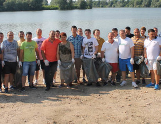 "GIURGIU: Plaja veche a fost ecologizată de voluntarii ""Let's do it, Danube"""
