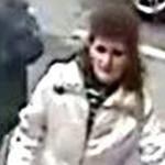 O CUNOŞTI? Poliţia o caută pentru că a furat bani de la un bancomat di...