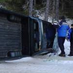 DÂMBOVIŢA: S-au răsturnat cu maşina în Bucegi din cauza gheţii de pe d...