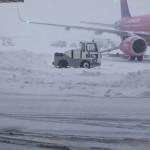 VIDEO: Iarna a dat peste cap traficul aerian. Pasagerii trebuie să fac...