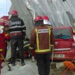 FOTO: Autocamion plin cu sare s-a răsturnat peste un autoturism la Plo...