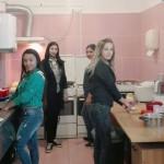 EXEMPLU: Liceenii învaţă să gătească, nevoiaşii din Tărtăşeşti primesc...
