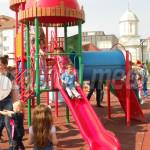 FOTO: Primăria Târgovişte a dat în folosinţă locul de joacă pentru cop...