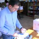 EXEMPLU: Toţi elevii din Răzvad şi copiii de la grădiniţe au primit re...
