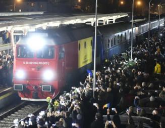 ÎNMORMÂNTARE: Trenul regal cu trupul neînsufleţit al Regelui Mihai a adunat în gări mii de români!