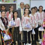 TÂRGOVIŞTE: Deputatul Lupescu le-a dus daruri elevilor-artişti de la Ş...