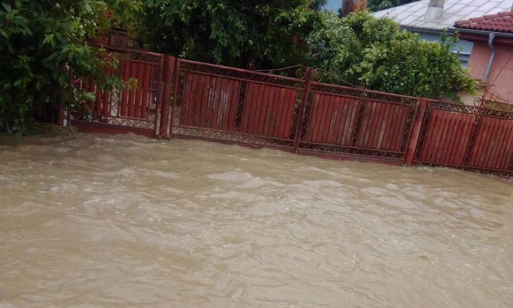 Inundații în Moreni, Ulmi și Răzvad. Apa a pătruns chiar și în locuințe