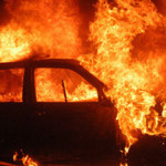 CĂLĂRAŞI: Persoane necunoscute i-au incendiat maşina în miez de noapte