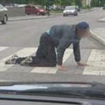 PRAHOVA: A bătut un beţiv care încurca traficul şi acum dă cu subsemna...