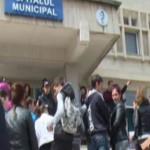 VIDEO: Protest în faţa Spitalului Municipal Curtea de Argeş, unde un c...